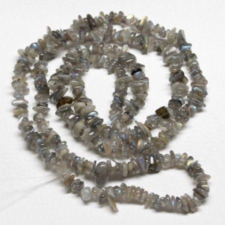 Labradorit ásvány splitter / szemcse - gömbölyített szemű - kb. 85cm-es szál