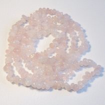 Rózsakvarc féldrágakő splitter - gömbölyített szemű - kb. 85cm-es szál
