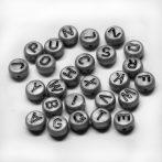 Akril betű gyöngy - 7x3,5mm-es - J