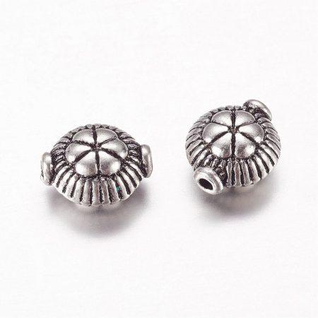 Tibeti stílusú fém köztes - antik ezüst színű 9x7,5x5mm-es lapos, virágos, furat: 1,2mm