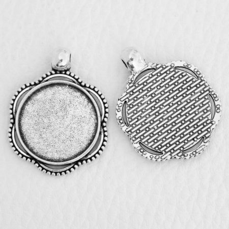 Tibeti stílusú ragasztható fém medál alap - antik ezüst színű 33x25mm-es, 20mm-es kabosonhoz