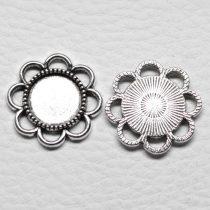 Tibeti stílusú ragasztható fém medál alap / összekötő elem  - antik ezüst színű 22x22mm-es, 12mm-es kabosonhoz