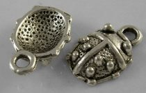 Tibeti stílusú fém medálka / fityegő - antik ezüst színű 15x10mm-es katica