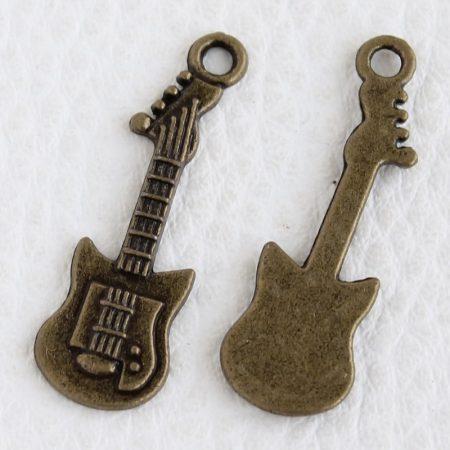 Tibeti stílusú fém medálka / fityegő - antik bronz színű 32x10mm-es gitár