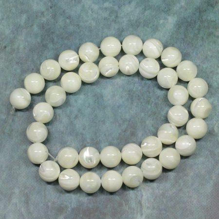 Kagylóhéj (vajszínű, csillogó) gyöngy - 10mm-es golyó - 38-40cm-es szál